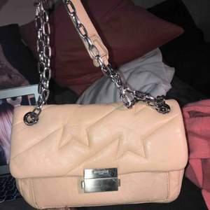 En beige/rosa väska från Zadig Voltaire, köptes för ca 4 månader sedan för ca 4800. Rymlig men inte för stor med ett axellångt band och ett kortare. I braa skick.
