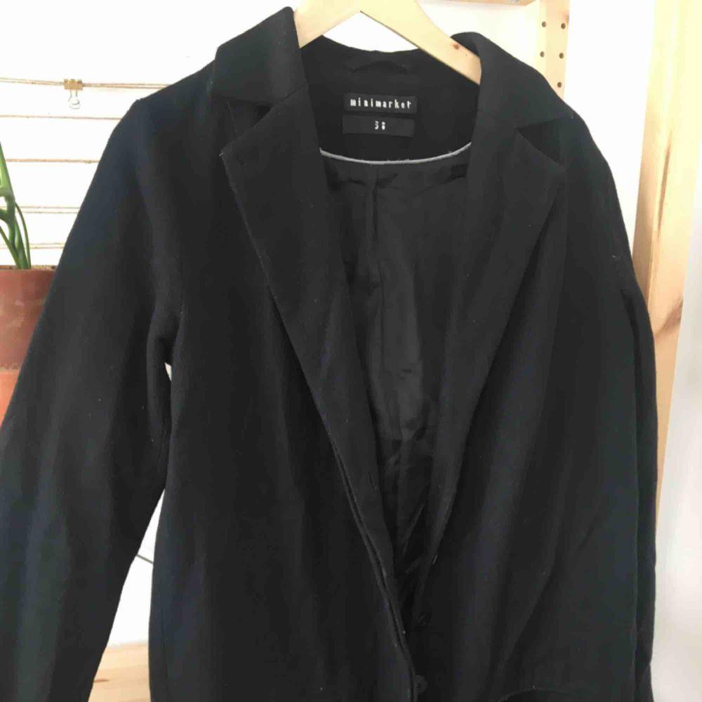 Vinterkappa i rakskrurning, får plats med en tjockare tröja under och duger verkligen åt vinter i Uppsala. . Jackor.
