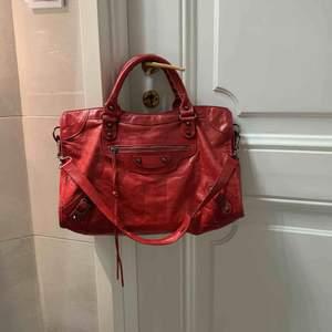 Säljer nu min röda balenciaga väska i modellen Classic City M inkl kvitto. Köpt på Farfetch för 1699£. Säljs pga ingen användning längre.  Kan möjligtvis sänka priset vid snabb affär. Använd, men inga märkvärdiga slitage.