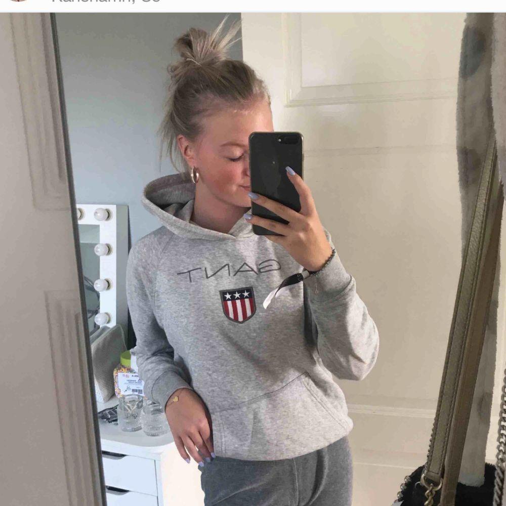 En väldigt sparsamt använd hoodie från gant. Köpt på Kidsbrandstore. Nypris 799kr Buda på. Huvtröjor & Träningströjor.