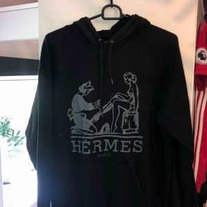 Säljer min fina Hermés hoodie i svart med grått tryck. Hör av er om ni vill ha fler bilder. Fick den i present men antagligen en fake! Finns att hämta i Östersund annars står köparen för frakt😊