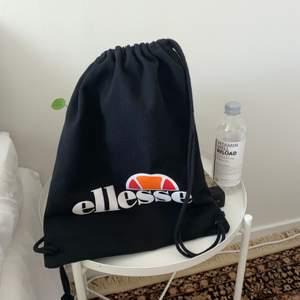 Mkt fin väska (?) från Ellesse. Spännena har blivit lösa nere i hörnen, men har fixat knutarna bakom så det är inga problem. Men därav det billiga priset!