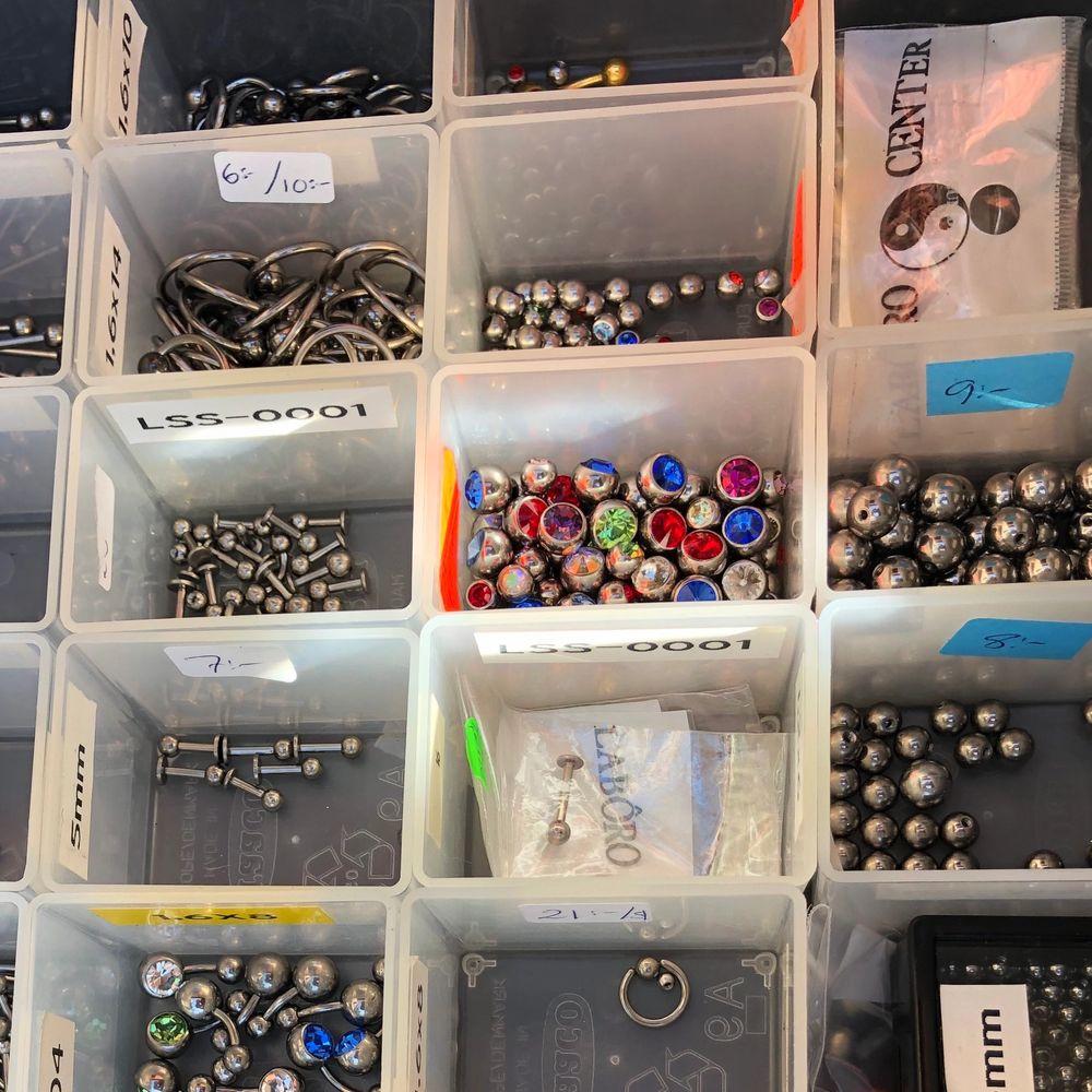 Fina piercing smycken från företaget Laboro. Finns i stolek 6,8,10 och 12. Hör av er om fråger så hjälps vi åt att hitta den bästa för deg. Finns i kirurgiskt stål och i titan för dig som är mycket känslig. . Accessoarer.