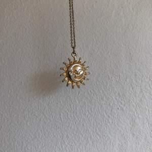Guldhalsband med måne och sol på. Köparen står för frakt🍉🌷