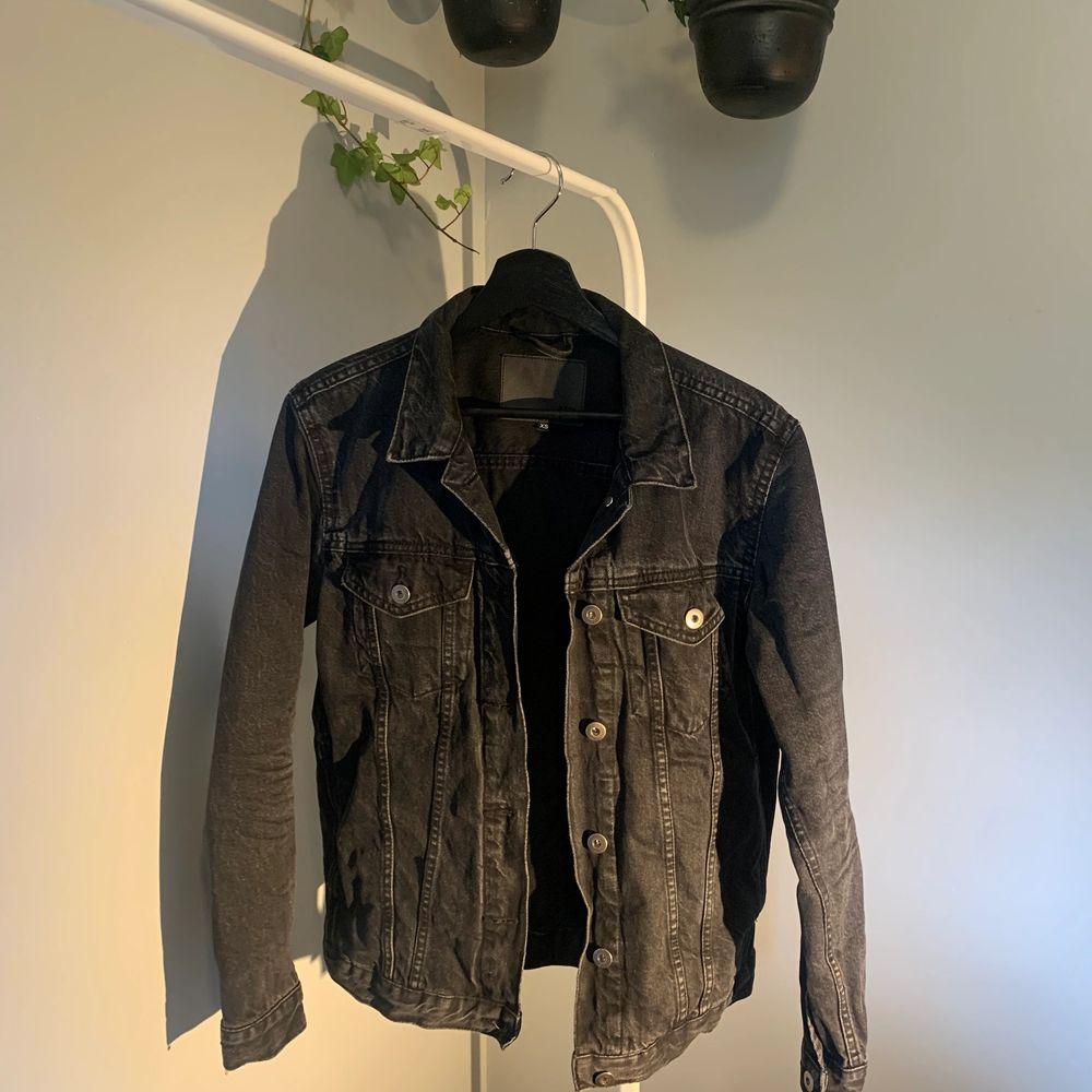 svart/ grå jeansjacka, endast provad!!                                              endast swish & fraktkostnad är inräknad i priset💜. Jackor.