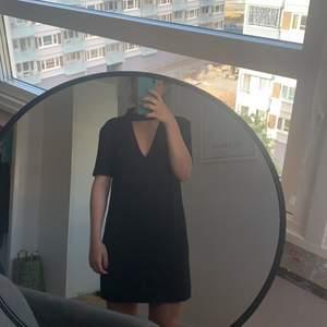 Svart klänning med v-ringning! Använd fåtal gånger