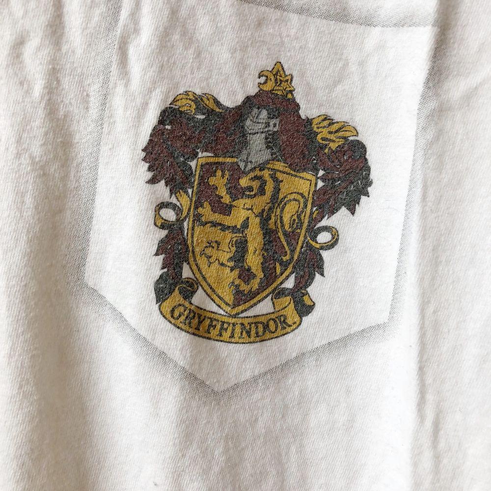 harry potter/gryffindor t-shirt. köptes på Sci-fi bokhandeln för ca 4 år sedan och är i väldigt bra skick, knappt använd. storlek L men liten i storlek. . Skjortor.