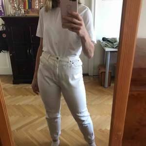 Vita mom jeans som är lite stretchiga. Bra skick. Köparen står för frakten. Kan även mötas upp i Stockholm.