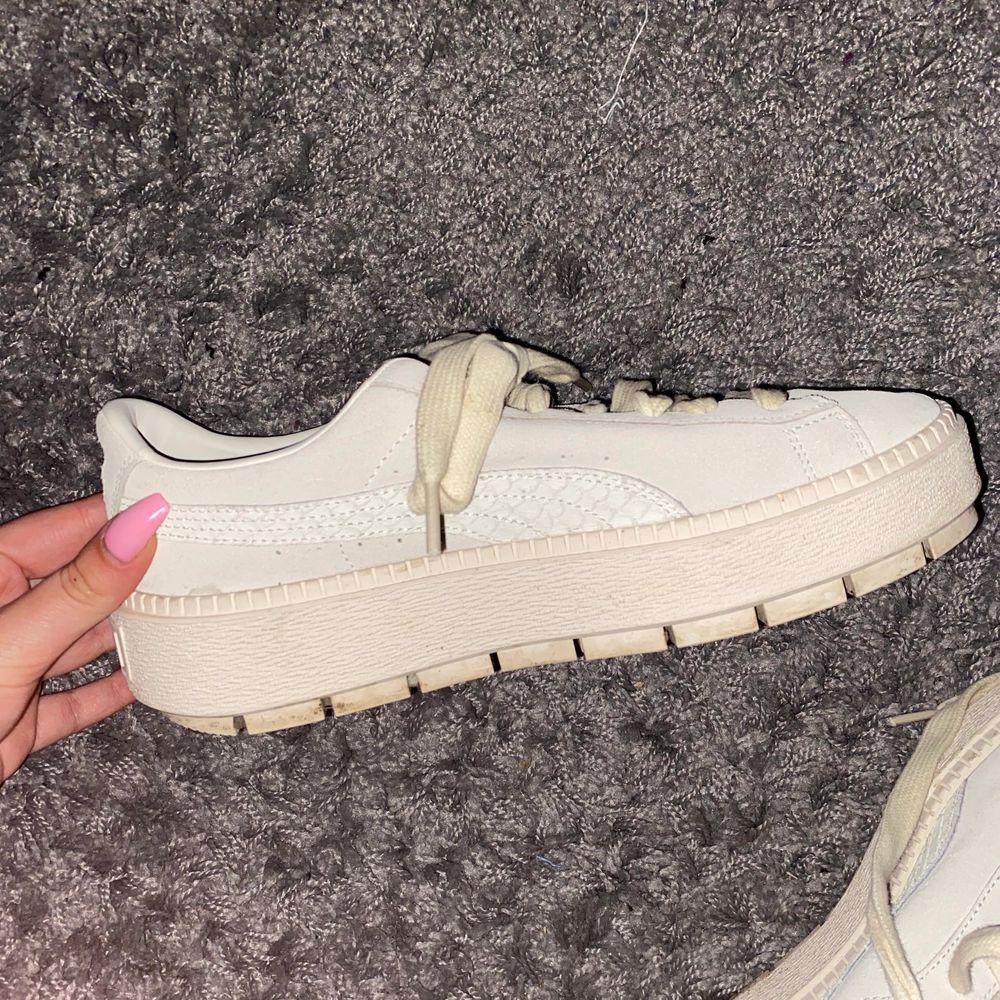 Huuur snygga skor?? Men tyvärr kommer de aldrig till användning😔 knappt använda, max 3 ggr! de har en liten fläck på framsidan (se bild 3) men de går bort i tvätten! Sjukt snygga och stilrena! Stl 40.5 men sitter som en stl 40. Skor.