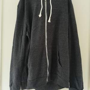 HERR! Mörkgrå hoodie från H&M. Storlek L. I använt, men bra, skick. 40 kr. Köparen står för frakten! 🌸
