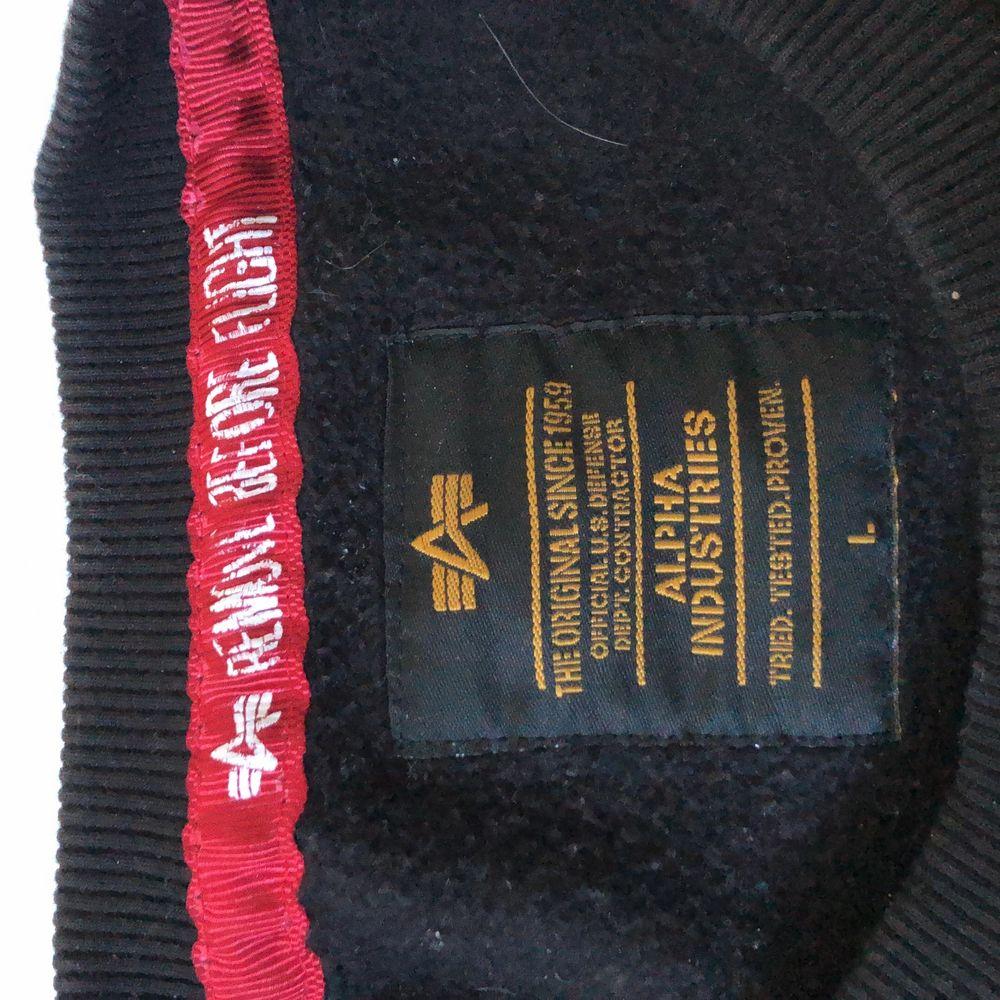 Alpha industries nasa sweatshirt, från:Alpha industries, str: L (herr storlek so ganska stor i storleken) köpt för: 800. Tröjor & Koftor.