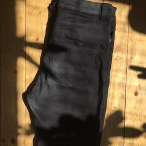 Svarta jeans från Monki i modellen Oki slim high waist. Höga i midjan och smala i benen. Sparsamt använda så i bra skick! Storlek 29 men passar 28 också