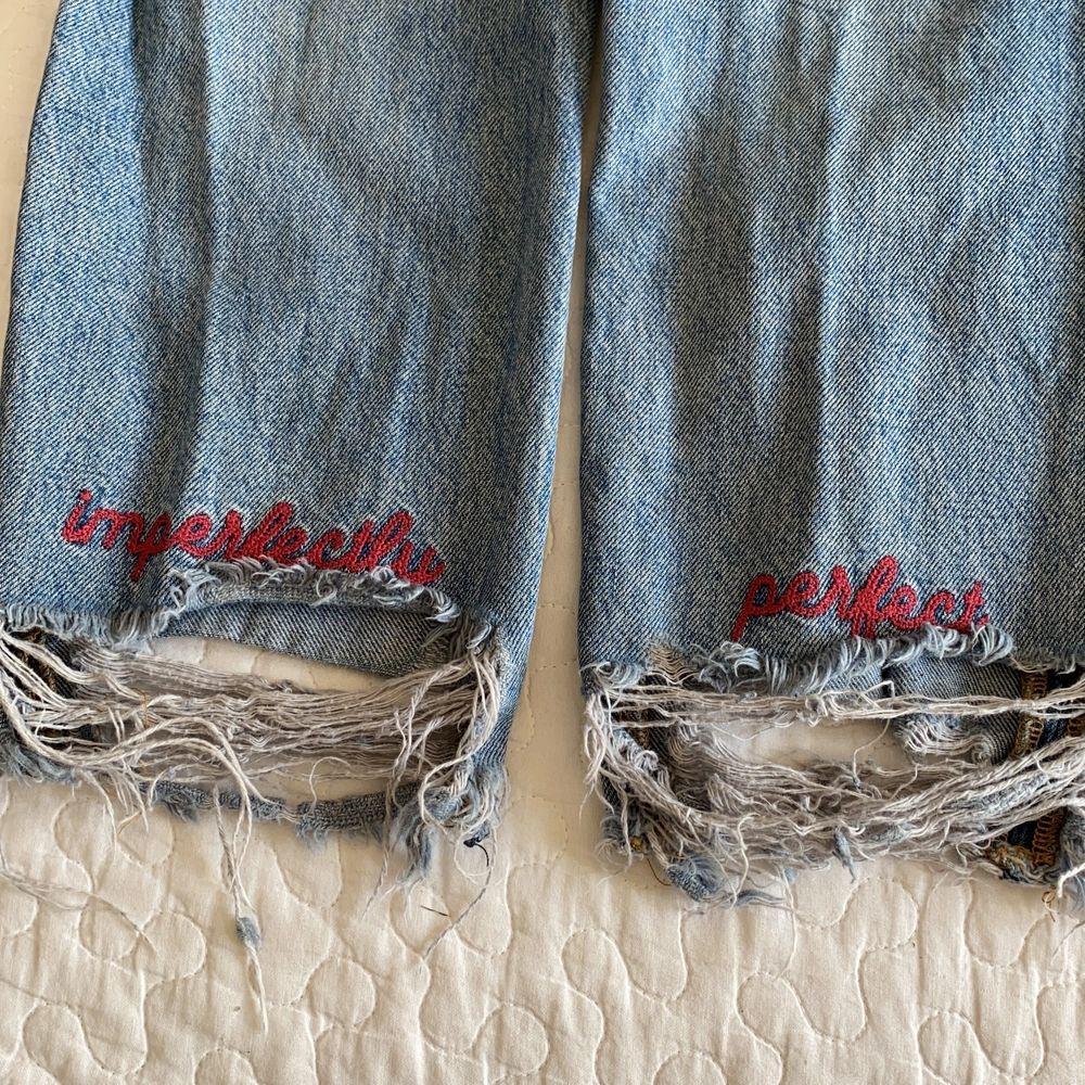 Snygga trendiga slitna jeans på ena benet, tyvärr är de för små för mig nu och därför säljer jag dem . Jeans & Byxor.