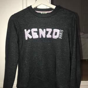 Säljer min knappt använda kenzo Paris sweatshirt. Den är i strl S och har en tajt passform. I riktigt bra skick och knappt använd bara testad. Köptes för 1200kr men säljer för endast 349kr! Pris kan diskuteras.