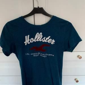 En blå t-shirt ifrån Hollister i storlek XS men funkar som S. Använd 2-3 gånger och är i toppenskick!! Säljer för 70 kr +  frakt !! 💙💙