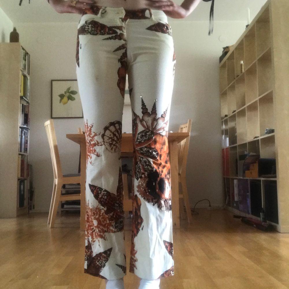 SVINcoola jeans från Sfarzo!! Tryck med snäckor och pärlor som detaljer! Köpt på Humana, använd 1 gång! Låga!!. Jeans & Byxor.