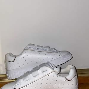 säljer dessa vita stradivarius skor i storlek 37. då de var i fel storlek så har de aldrig kommit till användning! 260kr inklusive frakt & funkar med både leverans & möta upp, buda!! ❤️
