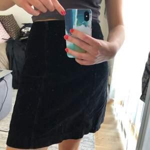 Svart kjol i mockaimitation. Möts upp eller fraktar.