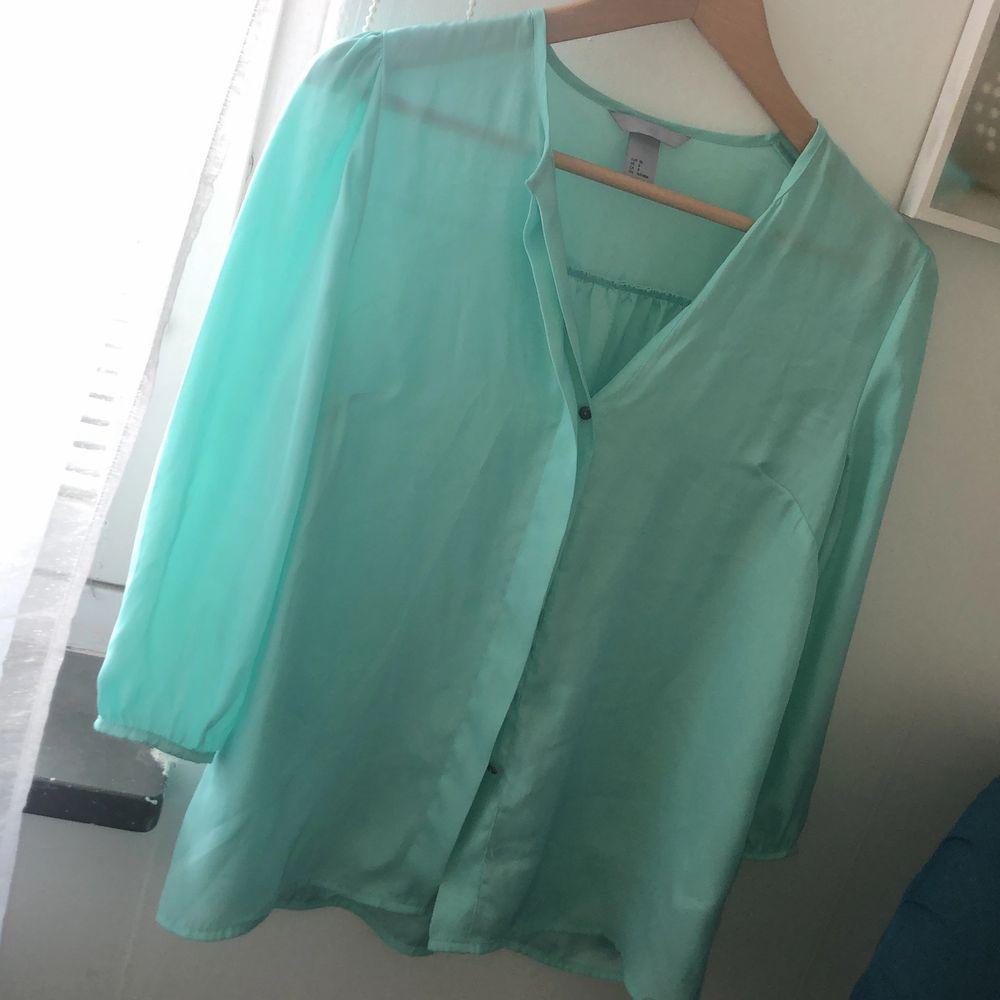 Snygg turkos silkes skjorta.. Skjortor.
