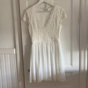 Fin vit klänning använd fåtalet ggr i jättefint skick, från Nelly.