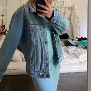 As snygg oversized jeansjacka från 80-talet!! Kommer inte till användning längre. Jätte bra skick! Väldigt exklusivt märke!