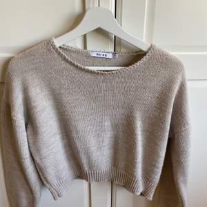Fin croppad beige stickad tröja från NAKD i storlek S