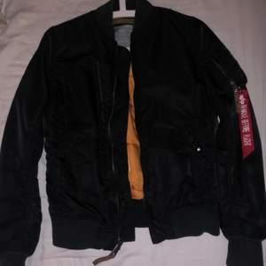 Svart höst jacka köpt på johnells. Har inga hål eller fläckar. Säljs då den aldrig kommer till användning.