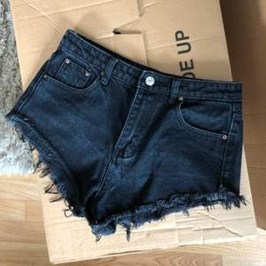 Korta svarta shorts i stl S.