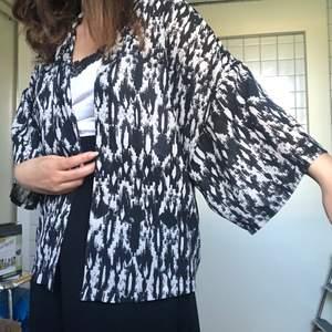 FRAKT INGÅR😀😀 tunn mönstrad skjorta??/blus?? inga knappar eller fickor så kanske lite mer kimonoliknande. oversized!!