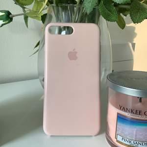 Ett jätte fint iphone skal som passar iphone 7/8 plus från Apple. Skalet är i färgen pink sand & är i fint skick, en repa finns i vänstra hönet i kanten och ett litet märke mitt på skalet (se bild). Frakt tillkommer.