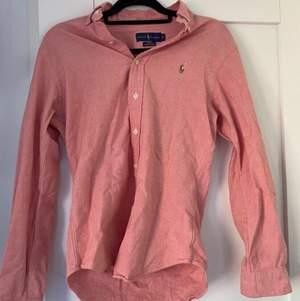 Snygg Ralph Lauren skjorta i snygg färg med snyggt brunt märke perfekt för sommaren. I storlek S och är kanske bäst för en 13 åring. Säljs för att den är för liten. Utan några defekter som ny. Inköpt för 1000kr säljs för 250kr.