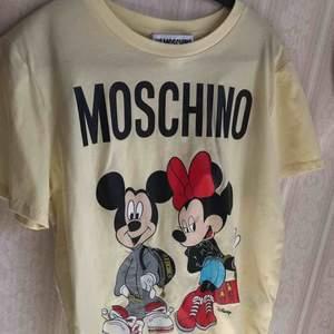 Helt oanvänd tshirt från Moschinos collab med H&M! Sålde slut fort och finns inte längre att få tag i. Storlek M🌟