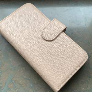 Fint plånboksskal för iPhone 6/6s i bra skick. Finns totalt plats för nio kort. Priset kan diskuteras💕