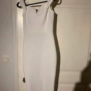 Superfin vit långklänning från Nelly.com i strl S. Använd endast en gång. Väldigt fint skick. Kan skicka och möta upp, frakten kostar 63 kr. 💗