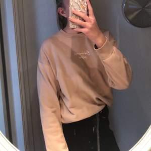 Ljusbrun sweatshirt, använd men i bra skick, köparen står för frakten! (tar bara swish)