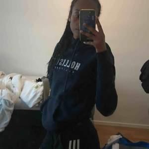 Säljer denna marinblåa hoodien från Hollister storlek XS, jätte mysig insida och är i bra skick. Frakt betalas av köparen :)