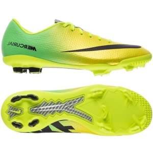 Helt nyskick! Har bara testat dem en gång, superskönt fotbollsskor från Nike!