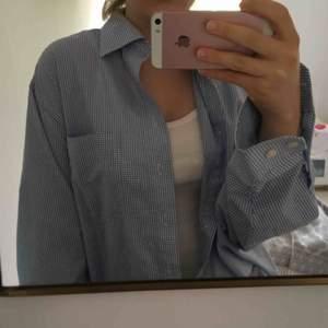 Väldigt oversize skjorta från humana! Använt ungefär 3 gånger. Möts helst upp i Sthlm men om inte så står köparen för kostnad av frakt.