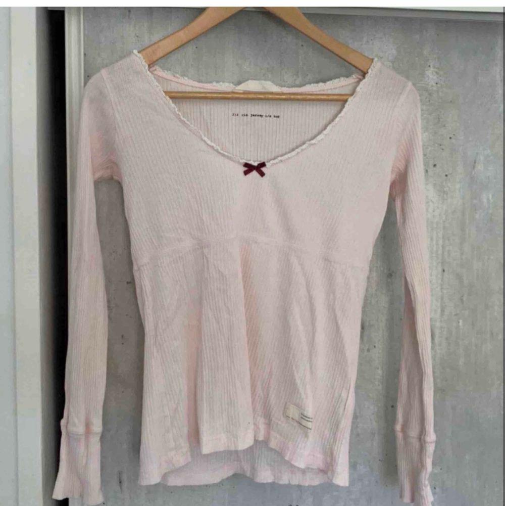 Söt och oanvänd tröja från Odd Molly storlek 1 som motsvarar xs/s superfint skick då jag aldrig har använt den. FRI FRAKT. Toppar.
