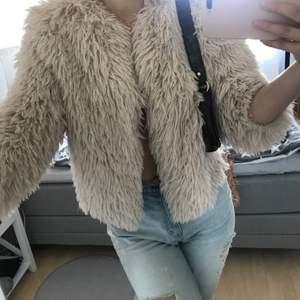 Lurvig mysig jacka som är köpt för inte så länge sedan men som inte används💗 Köparen står för frakt, pris kan diskuteras, hör av er för mer info & bilder 🤍