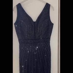 Blå klänning med detaljer. Storlek 38. Använd 1-2 gånger. Pris kan diskuteras