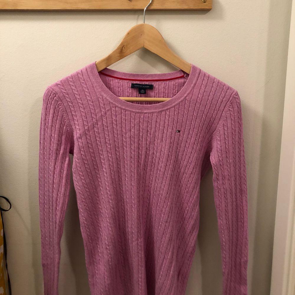Helt oanvänd tröja från tommy hilfiger, köpt för tre år sen men kom aldrig till användning, mycket stretchig. Pris inklusive frakt. Tröjor & Koftor.
