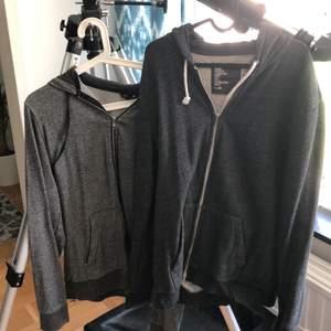 säljer två gråa hoodies från H&M tillsammans för 75kr! den till vänster (den ljusare) passar M ganska fitted och den till höger (den mörka) är ett L men går även att ha som oversized M :)