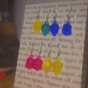 Säljer dessa handgjorda fruktörhängen i olika färger och former:) kostar 40kr/paret +11kr frakt men du kan få 2 par för 80kr inkl frakt✨💗