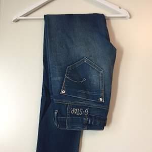 Jeans från G-Star. Storlek 28, längd 34. Ungefär som ett par jeans i storlek S/M.        (Köparen står för frakt).