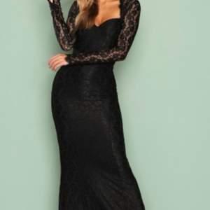 Svart långklänning i spets från Nelly Eve❤️ super elegant och klassisk stil🥰 använd endast 1 gång och är i superfint skick💫
