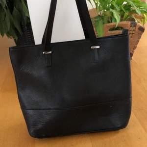 Svart handväska med ljusbrunt innertyg, något sliten i botten annars fint skick. Ordinarie pris 700kr