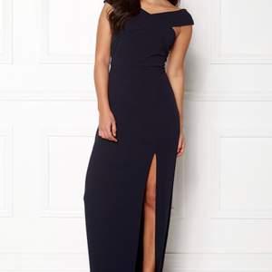 Svart långklänning från ax paris, storlek 36 (S). Off shoulder med slits, mycket fint skick och endast använd en gång!
