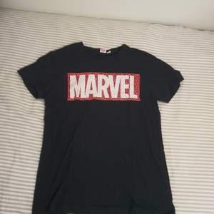 Säljer en Marvel T-shirt från Primark. Använd fåtal gånger. Ni kan garma föreslå en annan pris. Vi kan mötas i Stockholm eller så står du för frakten.