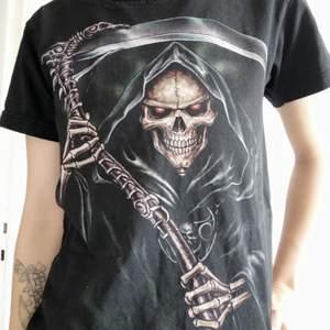 T-shirt med skalle tryck på fram och baksida.